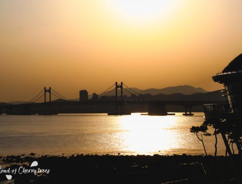 Vue sur le pont de Gwangalli au coucher du soleil, depuis l'île de Dongbaek